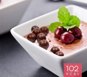 Mousse de Cerejas e Crocantes de Chocolate